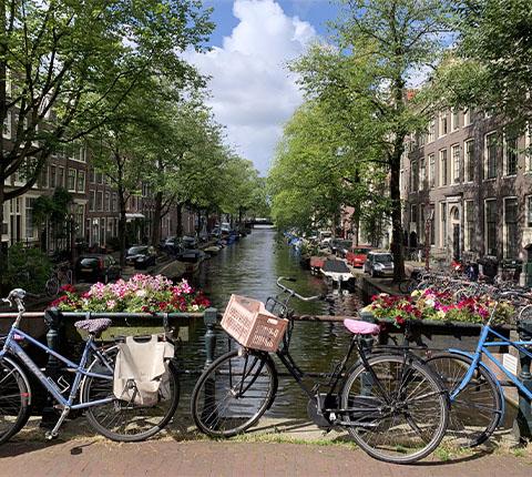 Obilazak Amsterdama: pješice ili biciklom uz kanale?