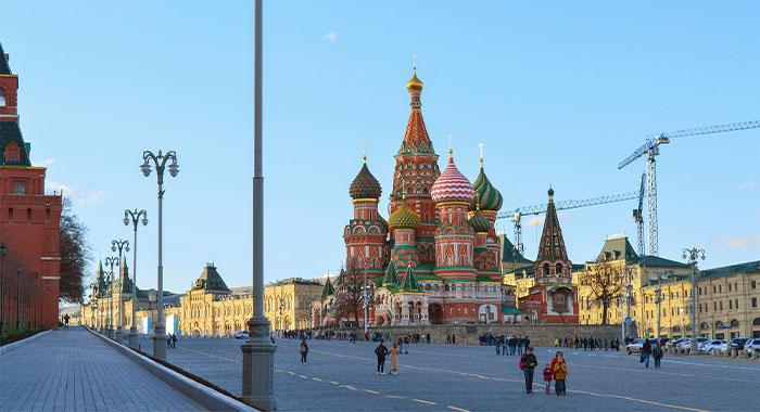 Šareni plamen lomače na Crvenom trgu u Moskvi