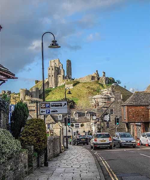 Ruševine iznad sela u Engleskoj