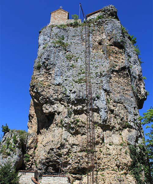 Ljestve na stijeni do crkve