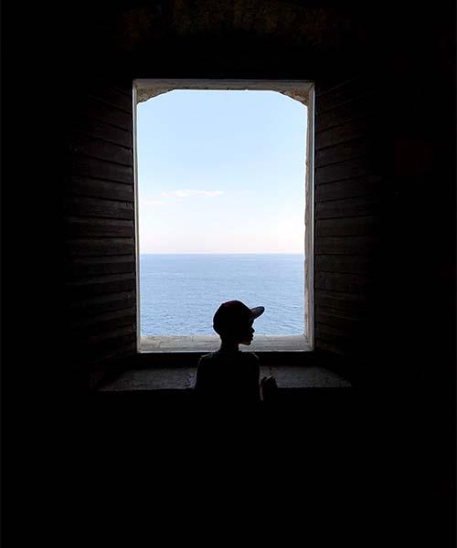 Pogled kroz prozor tvrđave Lovrjenac