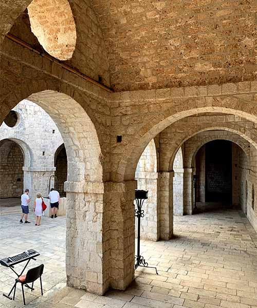 Dvorište u tvrđavi Lovrjenac