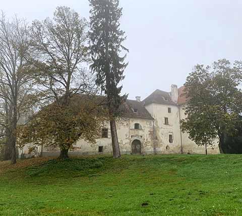 Dvorac u Jastrebarskom: tajne u jesenskoj magli