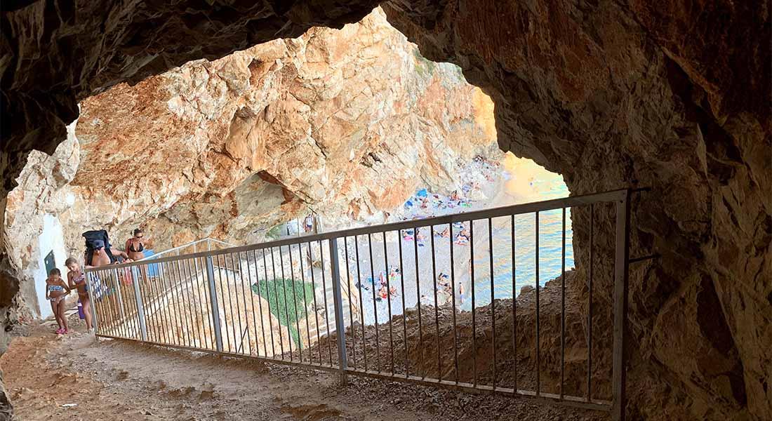 Tunel iznad plaže Pasjača