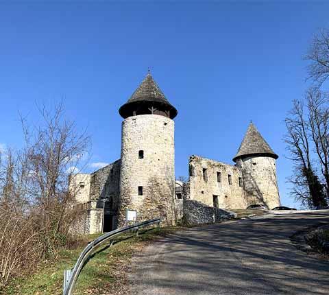Izlet u Novigrad na Dobri: piknik kraj rijeke s pogledom na kaštel