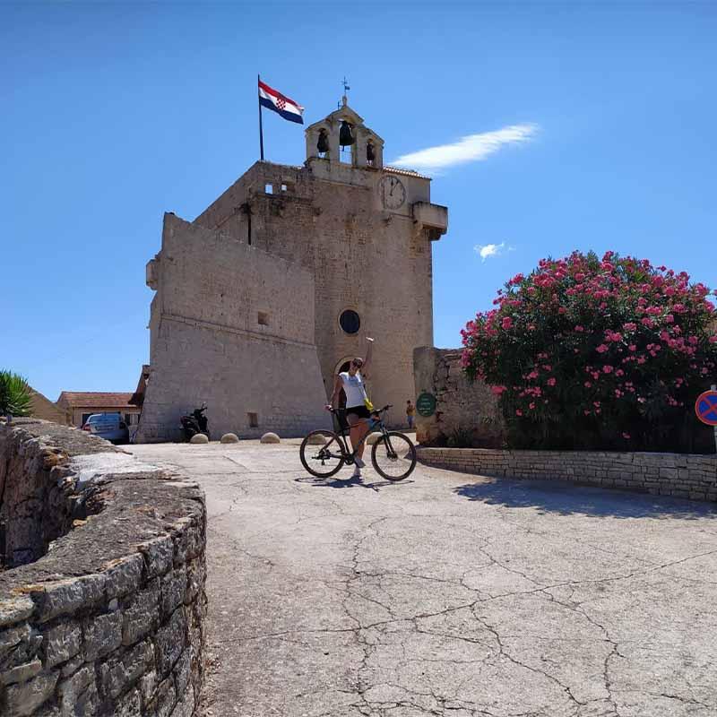 Bicikliranje po Hvaru: avantura oko Starog Grada
