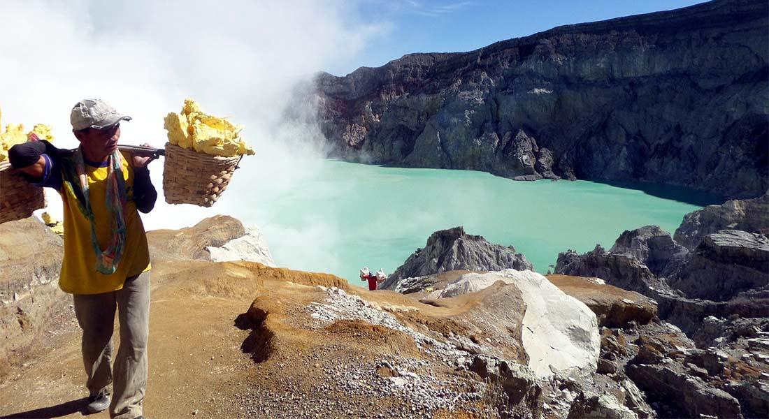 Rudar sumpora u vulkanu Ijen na Javi