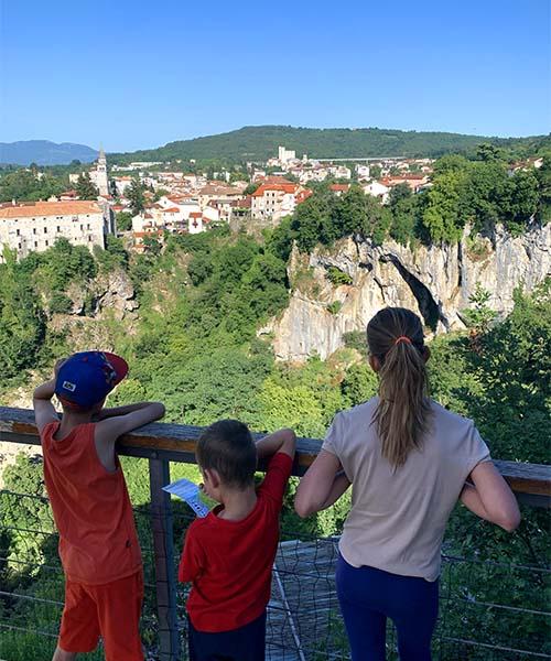 Djeca kod Pazinske jame