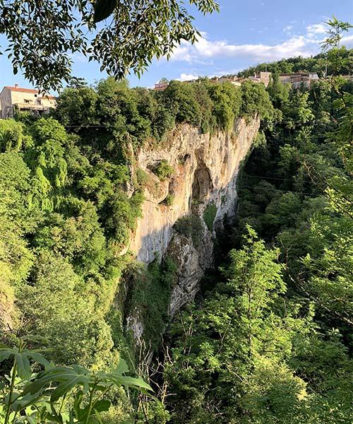 Pogled na Pazinsku jamu od kaštela